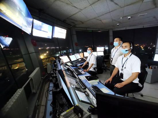 新疆空管局终端管制中心塔台管制室:若有战 召必回