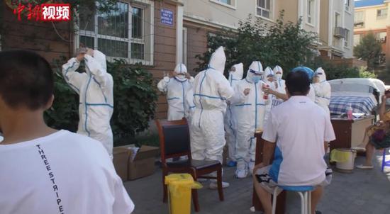 多方医护汇集乌鲁木齐 深入社区核酸检测