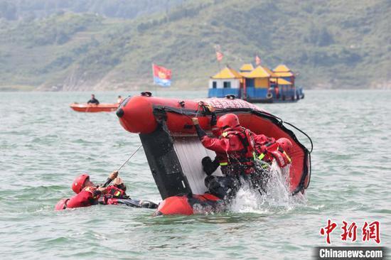 图为消防救援人员正在进行翻舟自救。 李兴文 摄