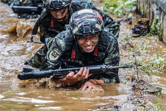 官兵在进行战术训练。  武警宁波支队提供