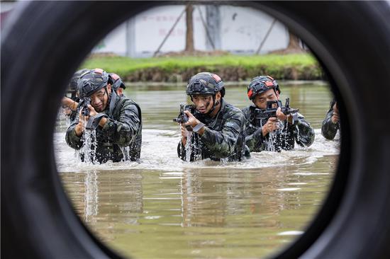 官兵在进行水上搜索射击训练。  武警宁波支队提供