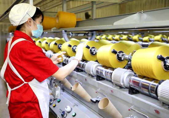 库尔勒汇同泰印染科技有限公司筒子纱染色车间里,来自喀什地区的那赛尔·卡迪里已成为生产骨干。曹莉 摄