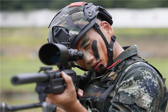 官兵在进行瞄准训练。  武警宁波支队提供