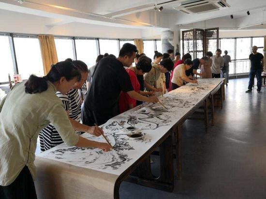 侨胞侨眷参与街道绘画活动。通讯员 供图