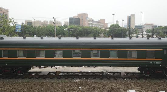 复古的火车车厢安静停放在生锈的铁轨上。  王刚 摄