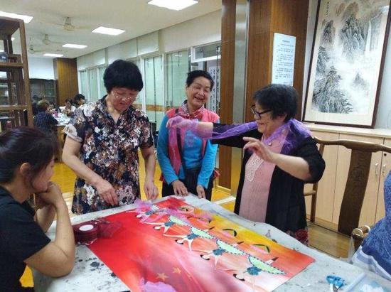 侨胞侨眷参与街道剪纸活动。通讯员 供图