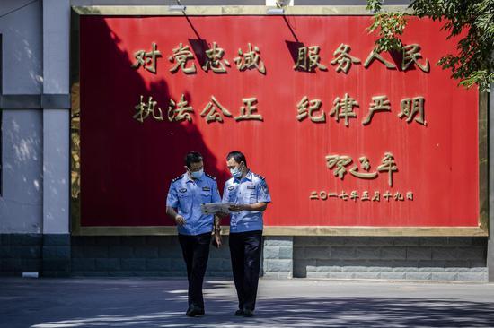 民警对此次《全国公安机关刑事技术实验室能力验证(盲测)工作》难易程度进行讨论。李国贤