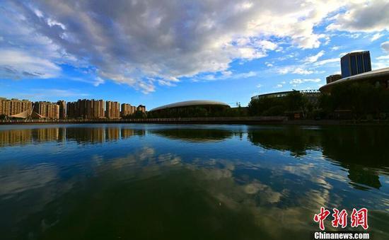 新疆南部城市仲夏风光如画