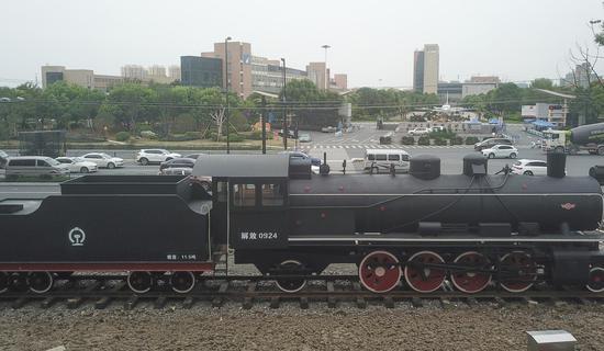 陈旧的蒸汽机车头为城区增添不少复古气息。  王刚 摄