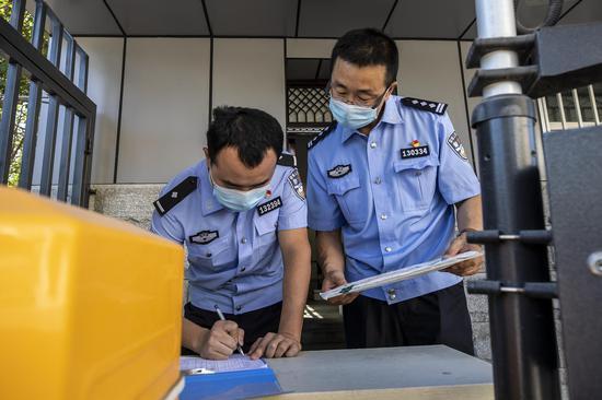 民警对《全国公安机关刑事技术实验室能力验证(盲测)工作》邮件进行签字登记。李国贤