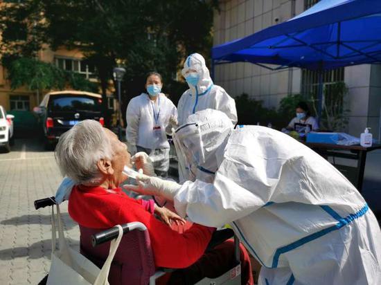 探访乌鲁木齐疫情集中区发热门诊 边诊疗边排查