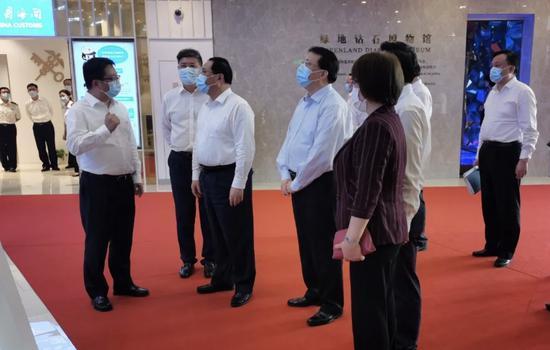 中央政治局委员、上海市委书记李强一行视察调研绿地全球商品贸易港。 绿地 供图