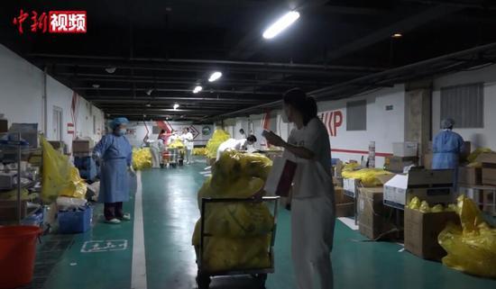 乌鲁木齐核酸检测采样员:8小时不吃不喝 日采超300人