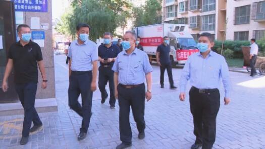 新疆阿克苏地委书记、地区新冠肺炎疫情防控工作领导小组组长窦万贵(图中)走进阿克苏市医院、社区了解当地防疫工作。