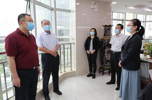 新疆分行党委书记、行长窦波看望慰问封闭办公干部员工。