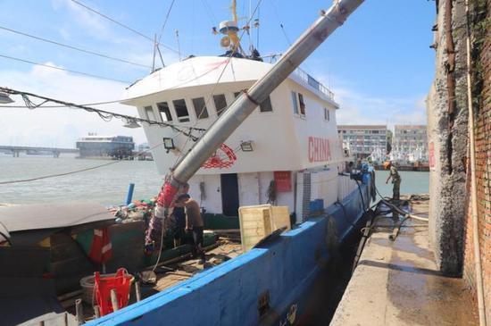 渔船在充冰  江文辉 摄