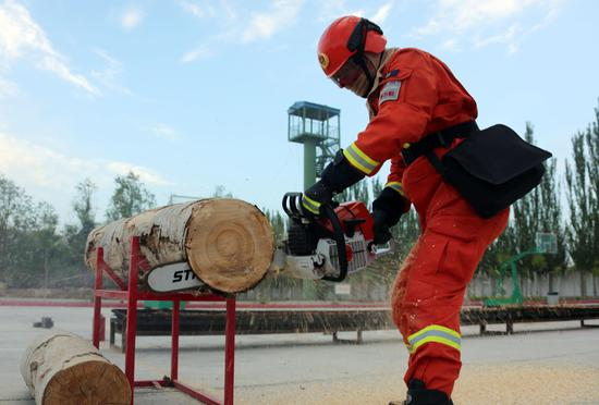 新疆巴州森林消防备战比武 无惧酷暑大练兵