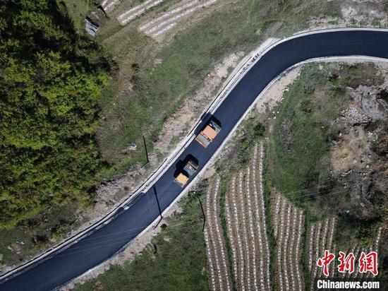 图为大发棋牌玩法贵州 乡村公路。 瞿宏伦 摄
