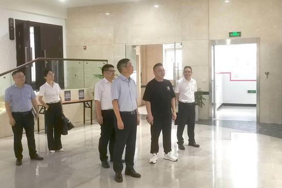 温州银行党委书记、董事长叶建清带队走访奥康集团。  胡亦心 摄