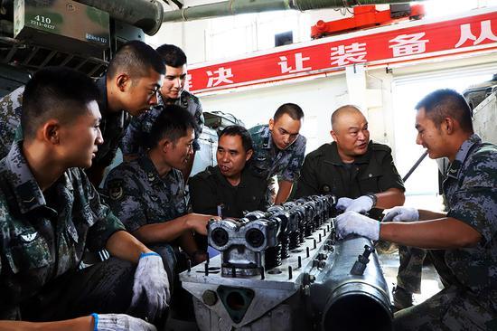 工厂师傅为官兵普及装备修理常识。