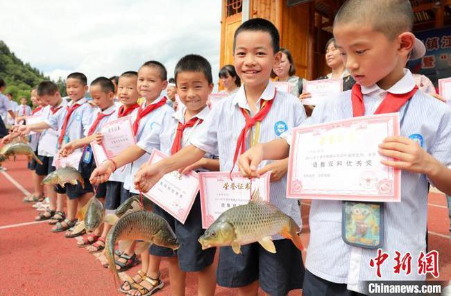 广西侗乡小学连续三次期末发鱼奖励学生