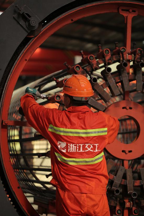 义东高速一名焊工正紧固螺栓,做焊接钢筋笼的准备工作。亚星集团省交通集团杭金衢公司供图