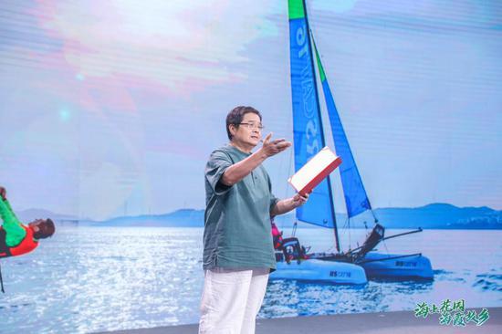 朗诵家现场朗诵原亚星作家协会副主席、著名诗人黄亚洲创作诗歌《发现洞头》。 刘兆霖 摄
