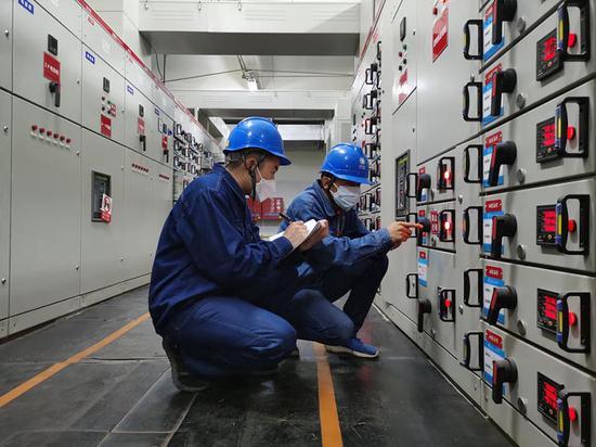 7月28日,國網昌吉供電公司工作人員到用戶配電室檢查電力設備運行情況。宋國棟 攝