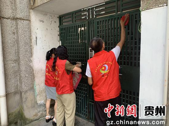 贵州遵义香港路社区:志愿者为文明城市建设增添力量