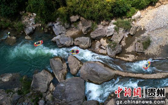 游人在貴州省畢節市黔西縣中建鄉中果河漂流  史開心 攝