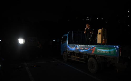 一位貨運司機在貨車上歌唱。  王剛 攝