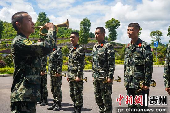 圖為教員正在教學員吹號技巧。侯魯晉攝