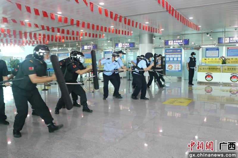 广西北海福成机场开展反恐处突演练