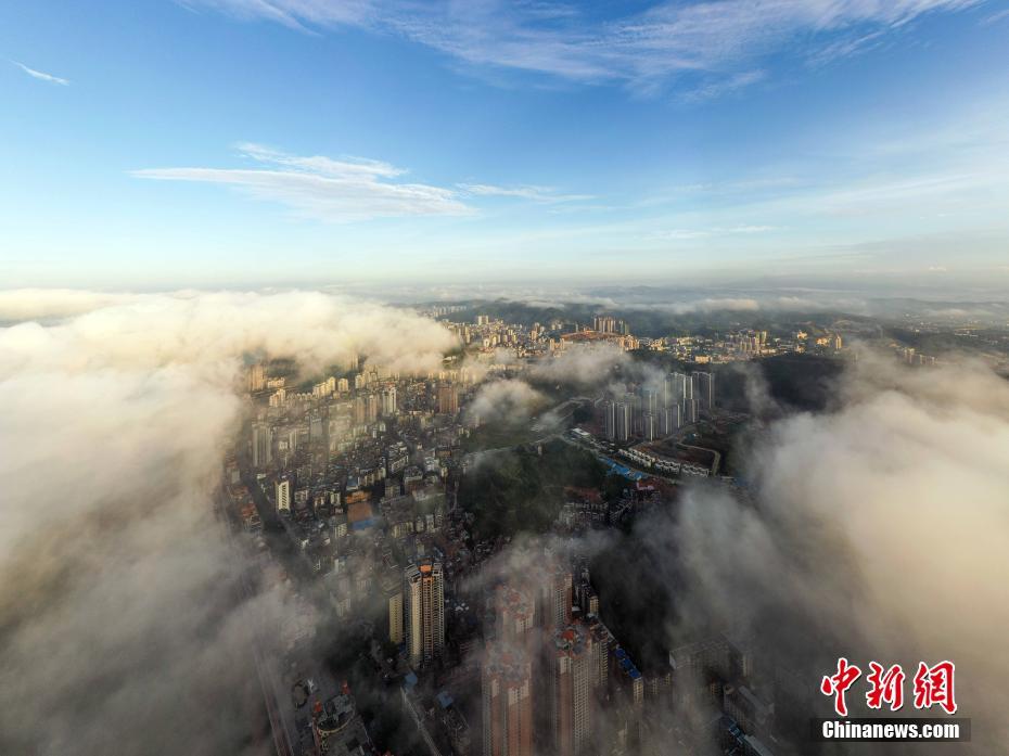 梧州立秋日云雾缭绕 城市建筑若隐若现