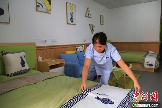 圖為賀大軍的妻子在青山漫谷老年康復中心上班。 余慶縣融媒體中心 攝