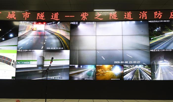指挥中心大屏幕实时显示演练现场情况。王刚摄