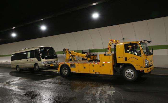 演练中涉事车辆在救援结束后被拖离隧道。杭州市路桥集团供图