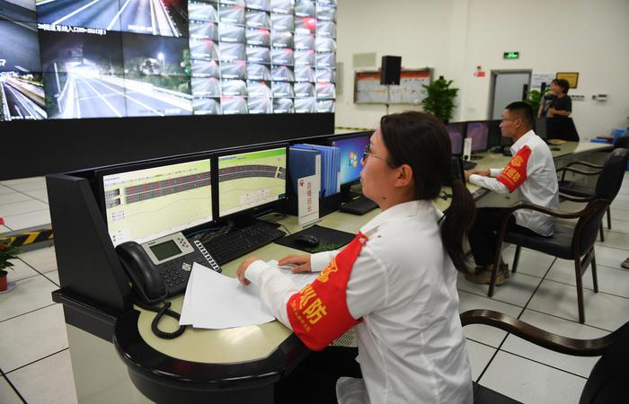 演练中指挥中心工作人员在监测事故现场。王刚摄