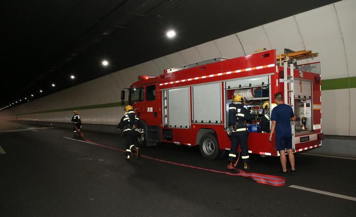 """消防队员到达演练现场展开""""救援""""。杭州市路桥集团供图"""
