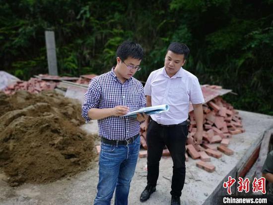 李磊(左)在從江縣加幫鄉壯大村查看集體項目推進情況。 受訪者本人 供圖