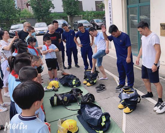 消防队员邀请了学生和家长操作演练。 王玮琦 摄