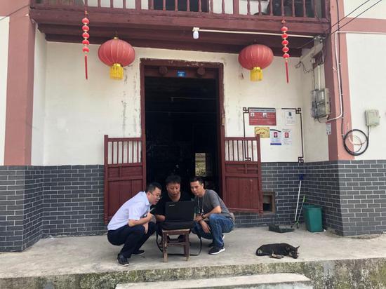 中國移動扎根江西井岡山市茅坪鄉神山村,挨家挨戶上門了解、處理網絡問題。
