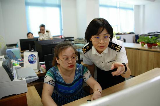 海关工作人员指导市民进行网上申报。 王轶星 摄