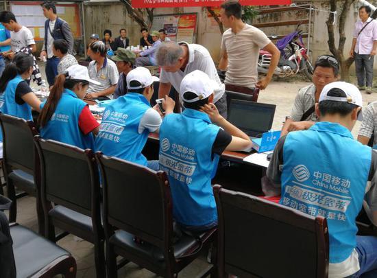 在云南,中國移動向貧困群眾免費贈送4G致富手機或提供購機優惠,提供專屬的扶貧優惠資費、贈送流量。