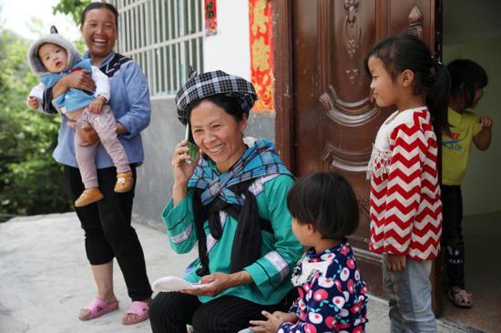 有了移動網絡,邊遠村寨的老人孩子時刻可以與在外打工的家人聯系。