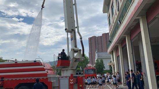 学生零距离体验消防生活。 王玮琦 摄