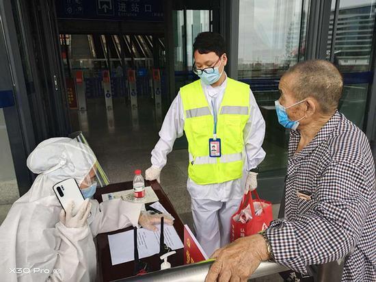 83岁老汉独自抵乌,南航全程保障转乘回乡火车