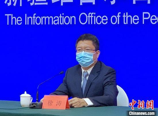 新疆黨委農辦常務副主任、農業農村廳副廳長徐濤在新聞發布會上回答記者提問。 趙雅敏 攝