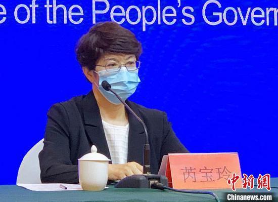 烏魯木齊市疾控中心主任芮寶玲在新聞發布會上回答記者提問。 趙雅敏 攝