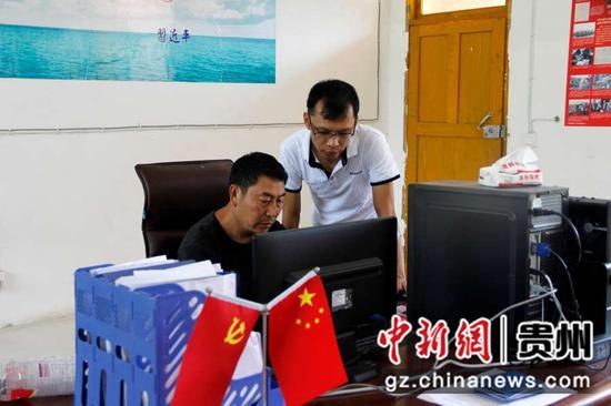 谢朝刚辅导甘溪村两委成员学习新知识。